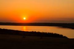 Zonsondergang over een meer stock fotografie
