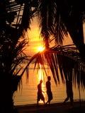 Zonsondergang over een strand in Thailand. Royalty-vrije Stock Foto's
