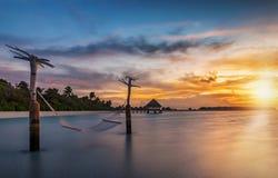 Zonsondergang over een tropisch eiland in de Maldiven Royalty-vrije Stock Afbeelding