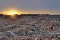 Zonsondergang over een woestijn stock afbeelding