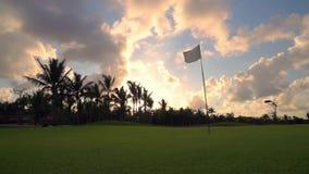 Zonsondergang over golfcursus in tropisch Caraïbisch eiland Dominicaanse Republiek stock footage
