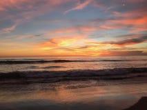 Zonsondergang over golven stock afbeelding