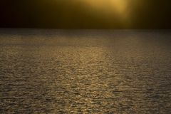 Zonsondergang over golvende wateren royalty-vrije stock afbeelding