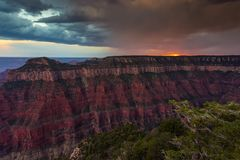 Zonsondergang over Grand Canyon, het Noordenrand stock foto