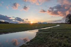 Zonsondergang over grasgebied Royalty-vrije Stock Foto