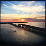 Zonsondergang over Harborwalk in Destin, Florida stock afbeeldingen