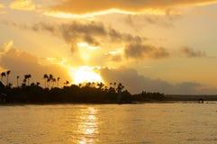 Zonsondergang over het Caraïbische strand royalty-vrije stock fotografie
