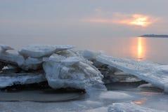 Zonsondergang over het ijzige overzees. Stock Fotografie