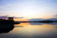 Zonsondergang over het meer stock foto