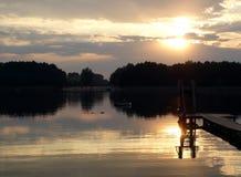 Zonsondergang over het meer stock afbeeldingen