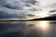 Zonsondergang over het meer stock foto's