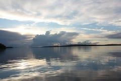 Zonsondergang over het meer stock afbeelding