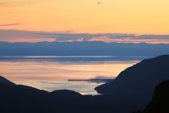 Zonsondergang over het meer Baikal Stock Afbeelding