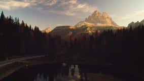 Zonsondergang over het Meer en de berg van Braies Kleurrijk de herfstlandschap in het Italiaans Alpen, Dolomiet, Italië, Europa S stock video