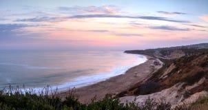Zonsondergang over het meest verste zuideneind van Crystal Cove-strand stock afbeelding