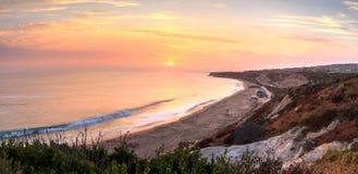 Zonsondergang over het meest verste zuideneind van Crystal Cove-strand stock fotografie