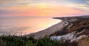 Zonsondergang over het meest verste zuideneind van Crystal Cove-strand stock foto