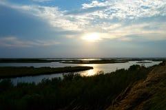 Zonsondergang over het moerasland Royalty-vrije Stock Afbeeldingen