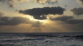Zonsondergang over het overzees stock video