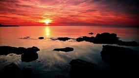 Zonsondergang over het overzees. stock video