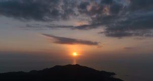 Zonsondergang over het overzees en de berg stock video