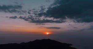 Zonsondergang over het overzees en de berg stock footage
