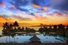 Zonsondergang over het overzees en de bergen, Tahiti Stock Fotografie