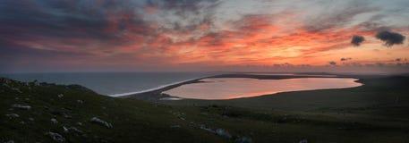 Zonsondergang over het overzees en de meren Opuk Royalty-vrije Stock Afbeeldingen