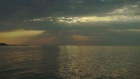 Zonsondergang over het overzees met zonstralen stock videobeelden