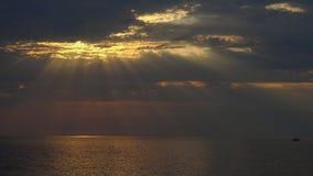Zonsondergang over het overzees met zonstralen stock video