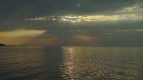 Zonsondergang over het overzees met zonstralen stock footage