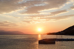 Zonsondergang over het overzees Pijler op de voorgrond, Loutraki, Griekenland stock afbeelding