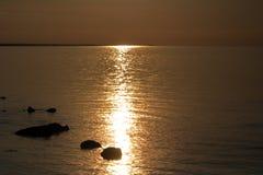 Zonsondergang over het overzees Weerspiegeling van zonlicht in het water Golf van Finland Stock Foto's
