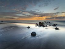 Zonsondergang over het overzeese strand royalty-vrije stock afbeeldingen