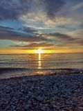Zonsondergang over het overzeese strand royalty-vrije stock fotografie