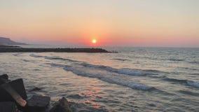 Zonsondergang over het strand stock videobeelden