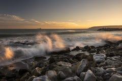 Zonsondergang over het strand Stock Foto's