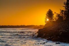Zonsondergang over het strand Stock Afbeeldingen