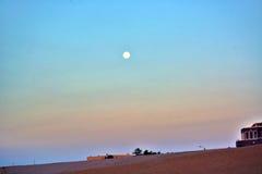 Zonsondergang over het strand Royalty-vrije Stock Afbeeldingen