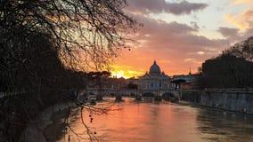 Zonsondergang over het Vatikaan stock video