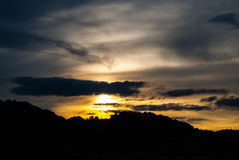 Zonsondergang over heuvels Stock Afbeelding