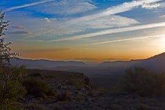 Zonsondergang over heuvels royalty-vrije stock afbeeldingen