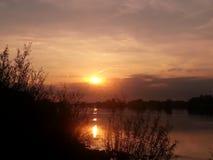 Zonsondergang over IJsselriver dichtbij aan Wijhe Royalty-vrije Stock Foto