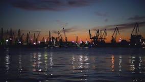 Zonsondergang over Industriële kranen en vrachtschepen in de haven van Varna, Bulgarije