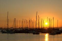 Zonsondergang over jachthaven stock fotografie