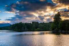 Zonsondergang over Julian Price Lake, langs Blauw Ridge Parkway in N Stock Foto