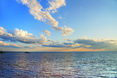 Zonsondergang over kalm meer Stock Afbeeldingen