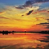 Zonsondergang over kalm meer Stock Foto's