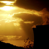 Zonsondergang over krachtcentrale Stock Fotografie