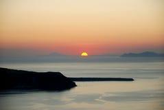 Zonsondergang over kustlijn Stock Foto's